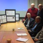 Redactiecommissie en auteurs tegenover de presentatie van Susanne Lenders
