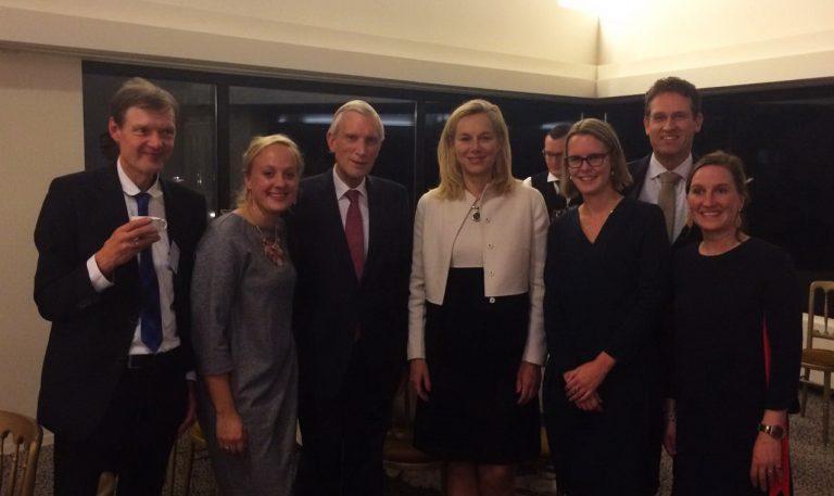 Prijsuitreiking 2016 aan Sigrid Kaag (midden-rechts) met Marten van Harten (uiterst links)