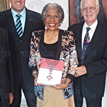 KVNRO-jubileumboek aangeboden aan de gouverneur van Curaçao